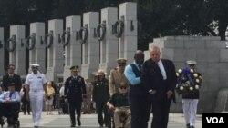 2015年9月2日,前美國參議院多數黨領袖多爾等人在華盛頓二戰紀念園舉行打敗日本的勝利日紀念活動。(美國之音楊晨拍攝)