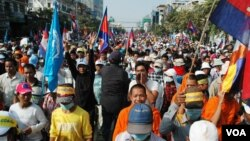 Some of the tens of thousands of Cambodians who marched along Monivong Boulevard calling for Hun Sen to resign, Phnom Penh, Cambodia, Dec. 29, 2013. (Robert Carmichael/VOA)