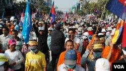 成千上万的柬埔寨人12月29日在金边示威,要求首相洪森下台