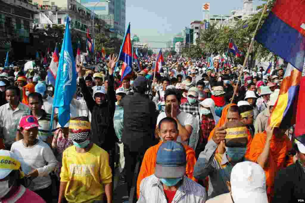Hàng vạn người ủng hộ đảng đối lập ở Campuchia đã xuống đường để đòi Thủ tướng Hun Sen từ chức hoặc tổ chức lại cuộc bầu cử quốc hội. Đảng Cứu Quốc Campuchia, một liên minh gồm các nhóm đối lập, hôm 22/12 thề sẽ biểu tình mỗi ngày cho tới khi ông Hun Sen từ chức, hoặc loan báo tổ chức bầu cử mới. Họ hối thúc Thủ tướng Hun Sen hãy noi gương Thủ tướng Thái Lan Yingluck Shinawatra, người đã giải tán Quốc hội hồi tuần trước và tổ chức bầu cử trước hạn kỳ. Đảng Cứu Quốc nói cuộc biểu tình có sự tham dự của nửa triệu người.