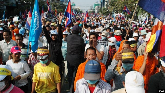 Some of the tens of thousands of Cambodians who marched along Phnom Penh's Monivong Boulevard calling for Hun Sen to resign. (R. Carmichael/VOA)