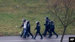 在星期天的抗議中,白俄羅斯防暴警察逮捕了一名示威者。