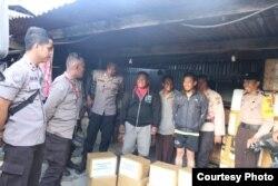 Polres Jayawijaya menyalurkan bantuan untuk korban kerusuhan di berbagai tempat di Wamena pada 24 November 2019. (Foto: Humas Polda Papua)