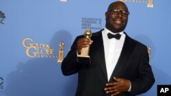 """Steve McQueen muestra el premio a mejor película en drama por """"12 Years a Slave"""""""