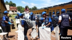 Ma'aikatan hukumar kiwon lafiya ta duniya (WHO) suna gyara wurin bada allurar rigakafi da warkar da cutar ebola a Congo