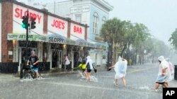 Hali ilivyokuwa baada ya kimbunga Elsa kusababisha mafuriko na dhoruba huko Key West, Florida, Jumanne, Julai 6, 2021. Hali hii imesababisha ugumu wa kuendelea na utafutaji wa miili ya manusura katika ajali ya jengo lililoporomoka Florida kusini.