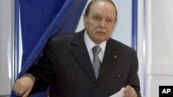 Le président algérien Abdelaziz Bouteflika sortant d'un bureau de vote lors des parlementaires du 10 mai 2012 (Photo d'archives).