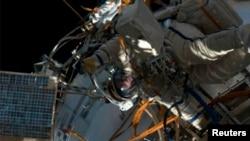 Một phi hành gia đi bộ bên ngoài Trạm Không gian Quốc tế, 19/4/2013