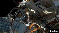 지난달 19일 국제우주정거장(ISS) 밖에서 우주비행사가 우주유영에 나서고 있다.