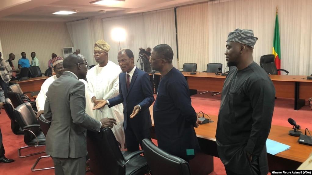 Patrice Talon et les représentants de l'opposition après leur rencontre, Bénin, le 25 février 2019. (VOA/Ginette Fleure Adandé)