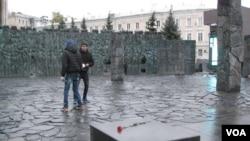 """""""悲伤墙""""纪念碑。"""
