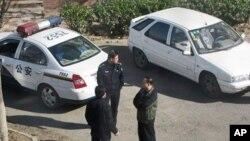 图为探访古川的朋友4月5日在其居所外拍到的监控警察照片