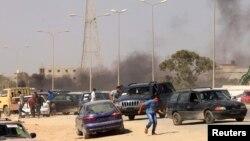 Người biểu tình bỏ chạy sau vụ tấn công vào lực lượng dân quân Libya tại Benghazi, ngày 8/6/2013.