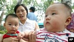Hai trẻ em Trung Quốc tại một công viên ở Bắc Kinh.