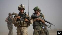 Binh sĩ Mỹ và Afghanistan trong cuộc tuần tra chung tại tỉnh Helmand. Một trong những đòi hỏi lớn nhất của Taliban là tất cả các lực lượng nước ngoài phải rời khỏi Afghanistan.