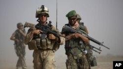 Binh sĩ Thủy quân lục chiến Mỹ và binh sĩ Afghanistan trong một cuộc tuần tra chung ở tỉnh Helmand, miền nam Afghanistan.