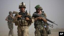 Seorang marinir AS dan tentara Afghanistan dalam sebuah patroli bersama di provinsi Helmand, Afghanistan (Foto: dok). Hari ini, 7 Oktober 2012 menandai 11 tahun berlangsungnya perang Afghanistan di bawah pimpinan AS.