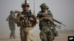 Американский морской пехотинец и афганский солдат.