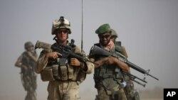 美軍和阿富汗軍人在阿富汗南部巡邏(資料照片)