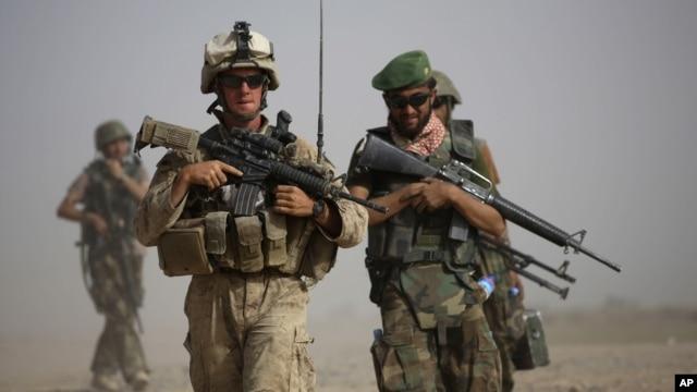 Binh sĩ Mỹ và Afghanistan trong cuộc tuần tra chung ở tỉnh Helmand, miền nam Afghanistan.