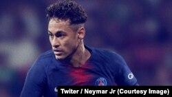 """L'attaquant star brésilien Neymar s'affiche avec le maillot 2018-2019 du Paris SG et affirme, dans un tweet publié samedi, vouloir """"continuer à donner de la joie à tous"""", 12 mai 2018. (Twiter/Neymar Jr)"""