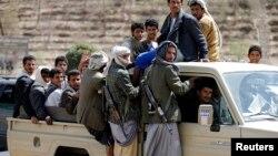 Pemberontak Syiah Houthi melakukan patroli di Sana'a, Yaman (foto: dok).