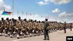 Des soldats sud-soudanais défilent lors de la célébration du Soudan du Sud Jour d'indépendance à Juba, Sud-Soudan 09 Juillet 2011. epa / GIORGOS Moutafis