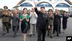 지난 7월 북한 김정은 국방위원회 제1위원장과 노동당 지도부. (자료사진)