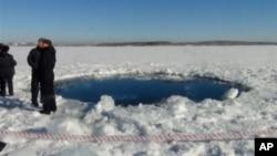 Miệng hố hình tròn trên lớp băng của Hồ Chebarkul nơi tin tức nói là mảnh vỡ của thiên thạch đã rớt xuống gần Chelyabinsk, cách Moscow khoảng 1500 kilomét về hướng đông, ngày 15/2/2013
