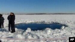 Dalgıçlar, donmuş göle çakılan meteorun parçasını aradı. Ancak donmuş yüzeyin altında yapılan aramalarda bir sonuç çıkmadı
