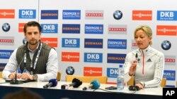 Vincenz Kriegs-Au, à gauche, est le porte-parole du bureau fédéral d'enquête criminel, et Nicole Resch, la secrétaire-générale de l'Union international du Biathlon, en Autriche, le 9 février 2017.