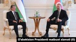 O'zbekiston Prezidenti Shavkat Mirziyoyev (chapda) Ozarbayjon rahbari Ilhom Aliyev bilan, Boku, Ozarbayjon.