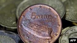 Ðồng euro 5 xu của Hy Lạp với hình chiếc tàu chở dầu nằm giữa các đồng bạc cắc khác