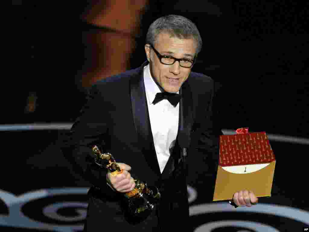 "Actor Christoph Waltz a recebeu a estatueta dourada do Oscar na categoria de ""Melhor Actor Secundario"" no seu papel no filme  ""Django Unchained"""