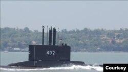 Kapal Selam KRI Nanggala 402 hilang kontak di sekitar Selat Bali, diperkirakan kini berada di kedalaman 700 meter, saat latihan penembakan senjata strategis hari Rabu (21/4). (Foto courtesy: Kemenhan RI)