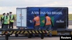 中國科興公司研發生產的新冠病毒疫苗抵達巴西的一個國際機場。(2020年12月24日)