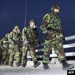 Janubiy Koreya harbiy kuchlari 23 noyabrda Shimoliy Koreya bilan o'q almashilgan Yeonpyeong orolida mashq qilmoqda. Hozirda bu yerda qo'shin soni oshirilgan.