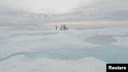 Para ilmuwan yang tergabung dalam Proyek Northwest Passage pimpinan AS mengebor es di Arktika Kanada dalam ekspedisi 18 hari pada Juli dan Agustus 2019. Foto diambil dari gambar video, 14 Agustus 2019. (Foto: Northwest Passage Project via Reuters)
