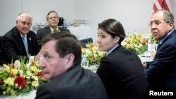دیدار رکس تیلرسون وزیر خارجه آمریکا (چپ) با سرگئی لاوروف وزیر خارجه روسیه (راست) در شهر بن آلمان - ۲۸ بهمن ۱۳۹۵