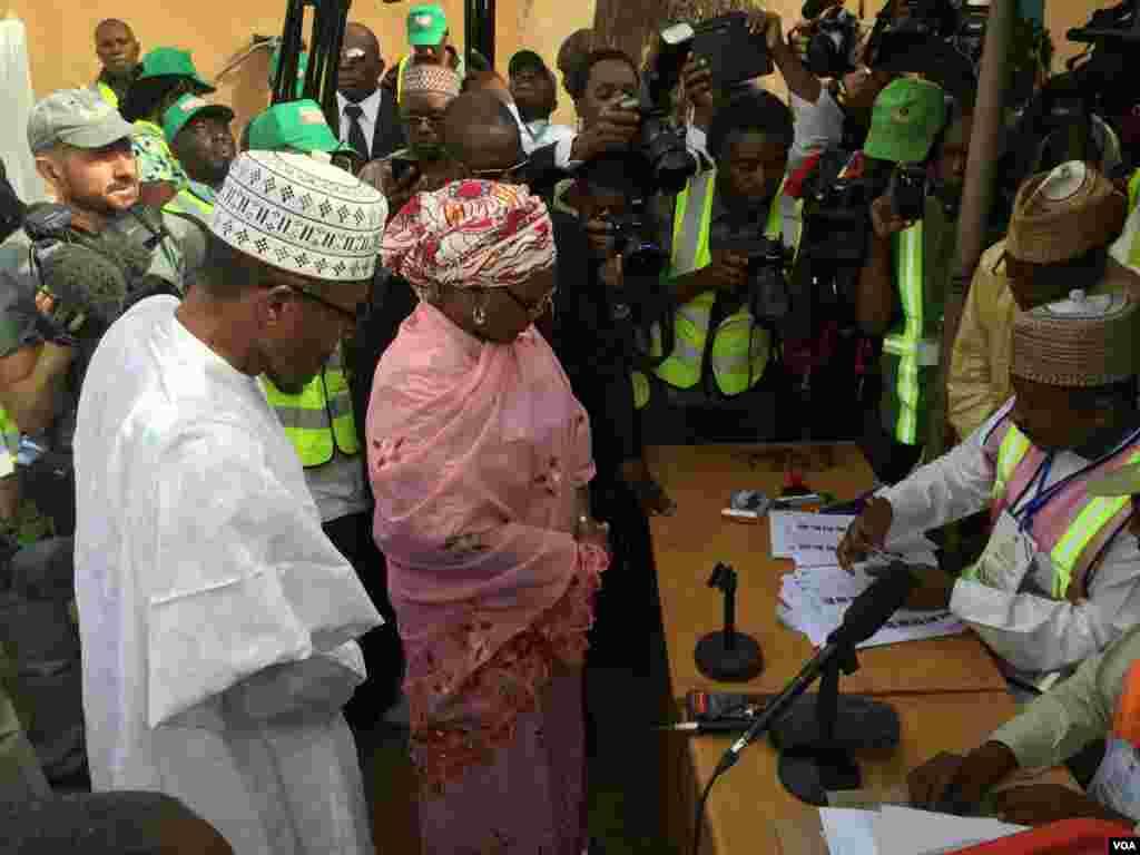 Dan takarar shugabancin Najeriya, Janar Muhammadu Buhari a lokacin da ake tantance shi da me dakinshi a ranar zaben 2015.