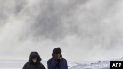 Một cặp vợ chồng đi bộ dọc sông Moscow vào 1 ngày đông lạnh giá ở công viên Kolomenskoye, Moscow, Nga, 1/2/2012