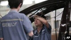 중국 자동차 공장의 생산 노동자들. (자료사진)
