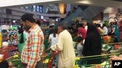Người dân Qatar mua thức ăn tại một siêu thị ở Doha ngày 5/6/2017 sau khi 4 nước Ả Rập cắt đứt quan hệ ngoại giao với Qatar.