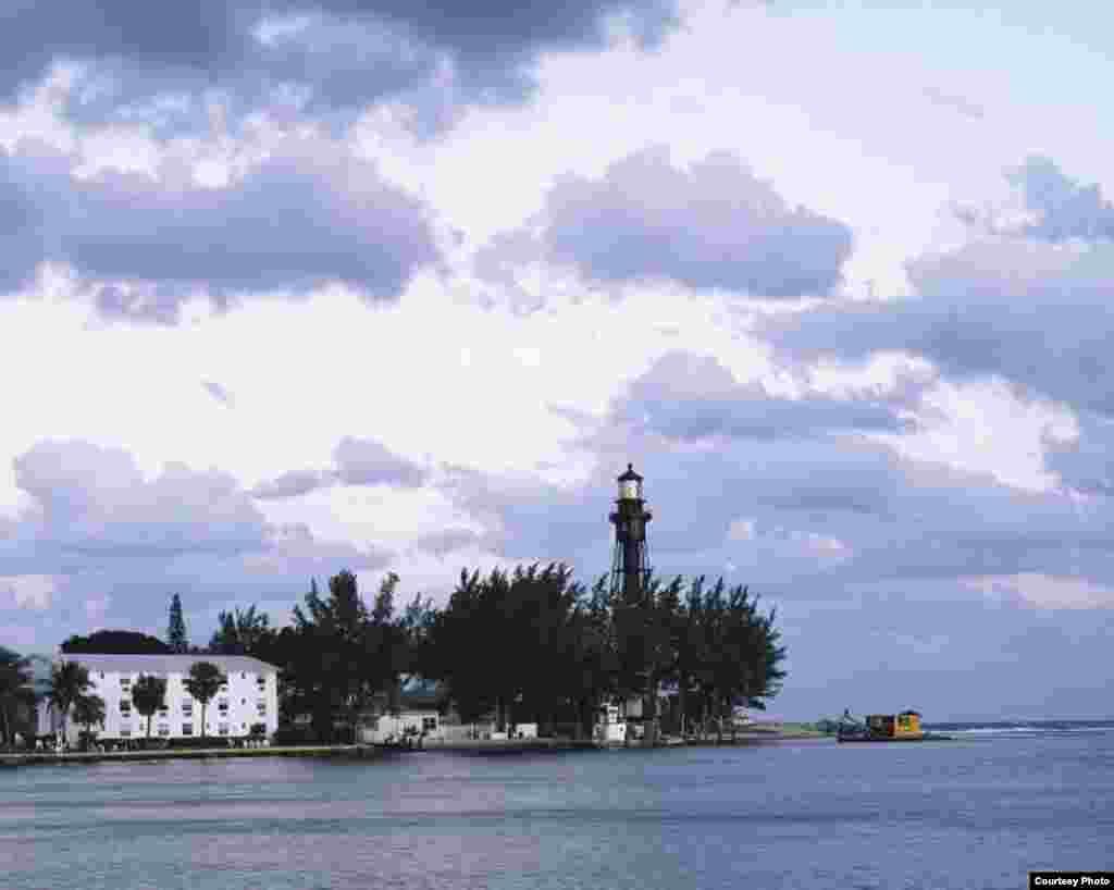 El faro de la Bahía de Hillsboro en Pompano Beach, a mitad de camino entre Fort Lauderdale y Boca Raton, en Florida. El faro marca el límite de los corales de Florida. Su construcción fue autorizada en 1901 por el Congreso y es en la