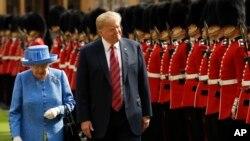 지난해 7월 영국을 국빈 방문한 도널드 트럼프 미국 대통령이 엘리자베스 2세 여왕과 왕실 근위대를 사열하고 있다.
