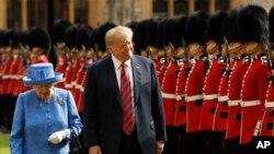Predsjednik Trump i britanska kraljica Elizabeta II pored počasne garde, 14. jula 2019.