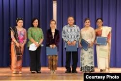 Perwakilan Konsulat Jenderal Indonesia menyerahkan sertifikat penghargaan kepada organisasi Indonesia di Florida yang aktif mempopulerkan budaya Indonesia.