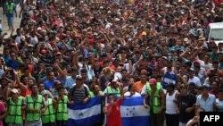 Imigran ondiryen ki t ap antre nan vil Ciudad Hidalgo, Eta Chiapas o Meksik, aprè yo te fin travèse tèritwa Guatemala a. (Foto 20 oktòb 2018).