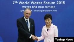 12일, 박근혜 대통령과 얀 엘리아슨 유엔 사무부총장이 대구에서 열린 세계 물포럼에서 만나 악수하고 있다.