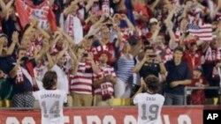 Anggota Tim Sepakbola AS, Mix Diskerud (kiri) dan Graham Zusi merayakan kemenangan timnya 2-0 melawan Meksiko dalam babak kualifikasi Piala Dunia di Columbus, Ohio (10/9).